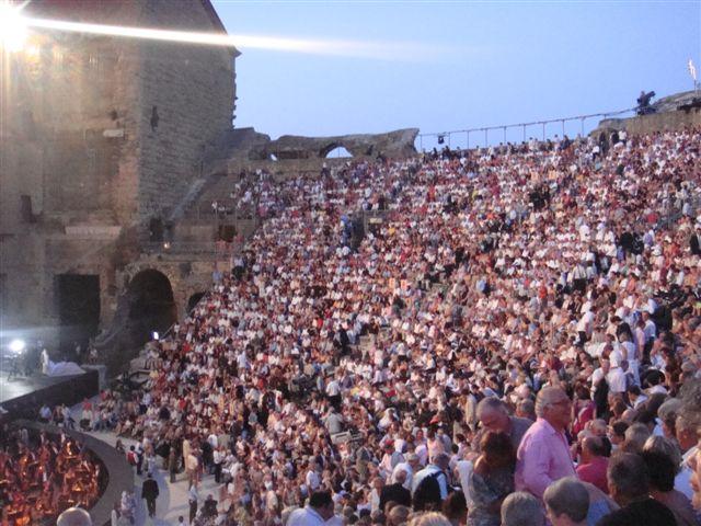 南仏のオランジュで開催されるオランジュ音楽祭。ローマ時代の劇場が会場