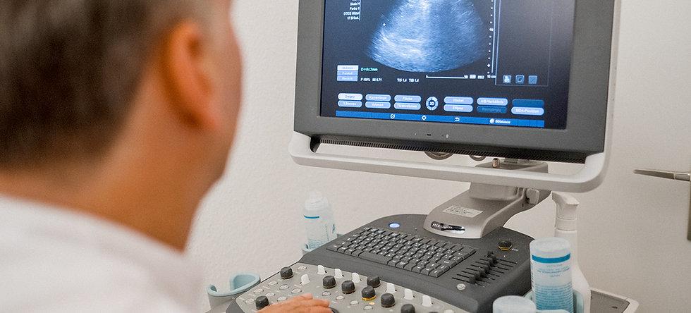 Facharzt Pioch bei einer Sonographie