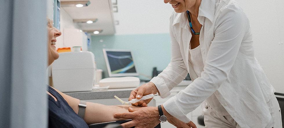 Patient bei Blutabnahme für Vorsorgeuntersuchnung