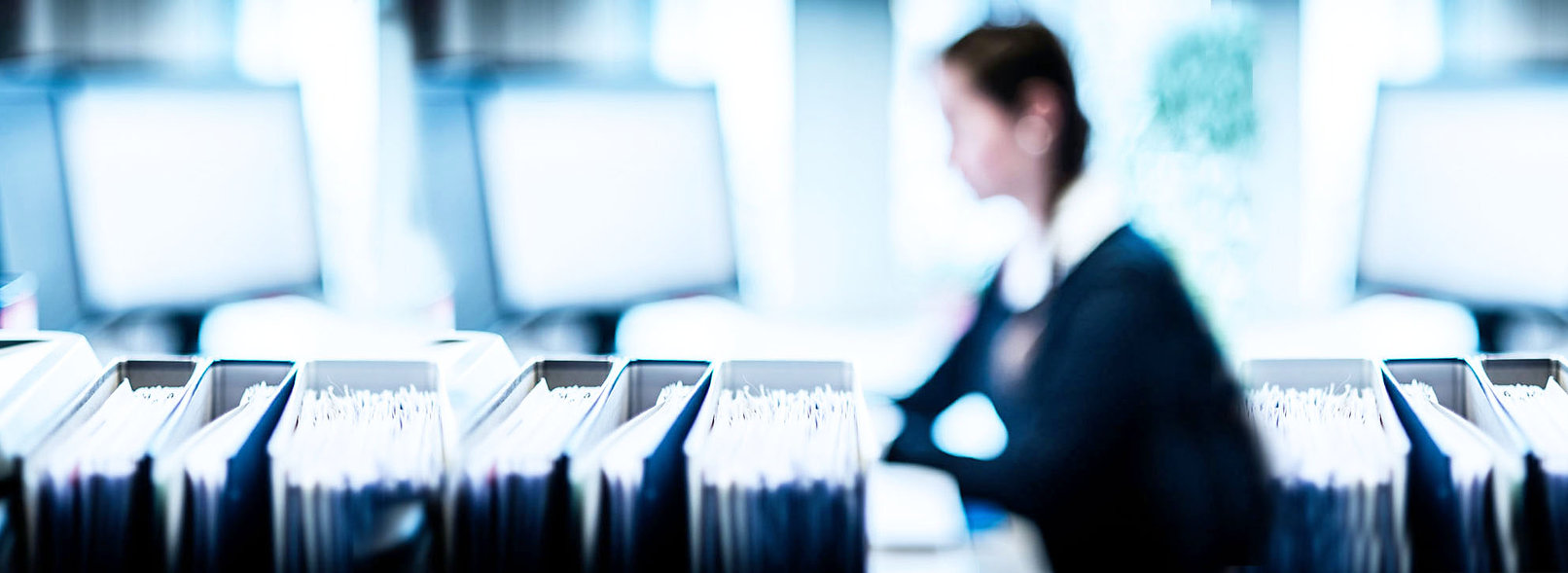 Junge Frau am Schreibtisch, Büro, Akten, bei der Arbeit