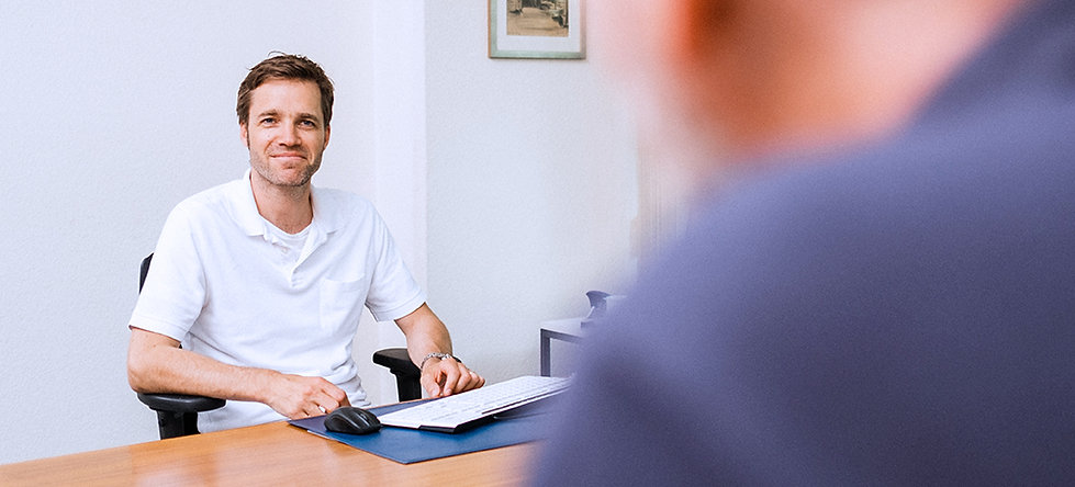 Facharzt Dr. Marcus Voigt Im Gespräch mit Patient