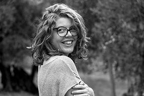 Anne PIPARD dans les champs d'olivier en Provence