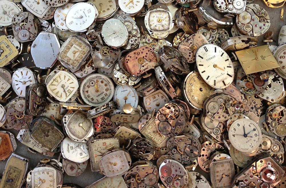 Vários relógios de pulso antigos