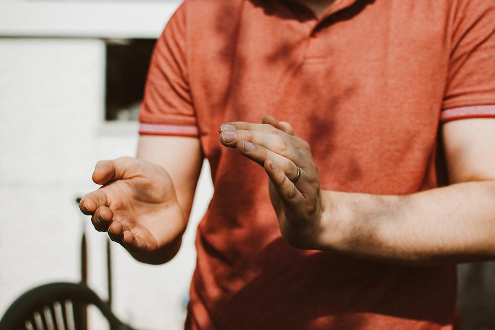 Uma pessoa batendo palmas