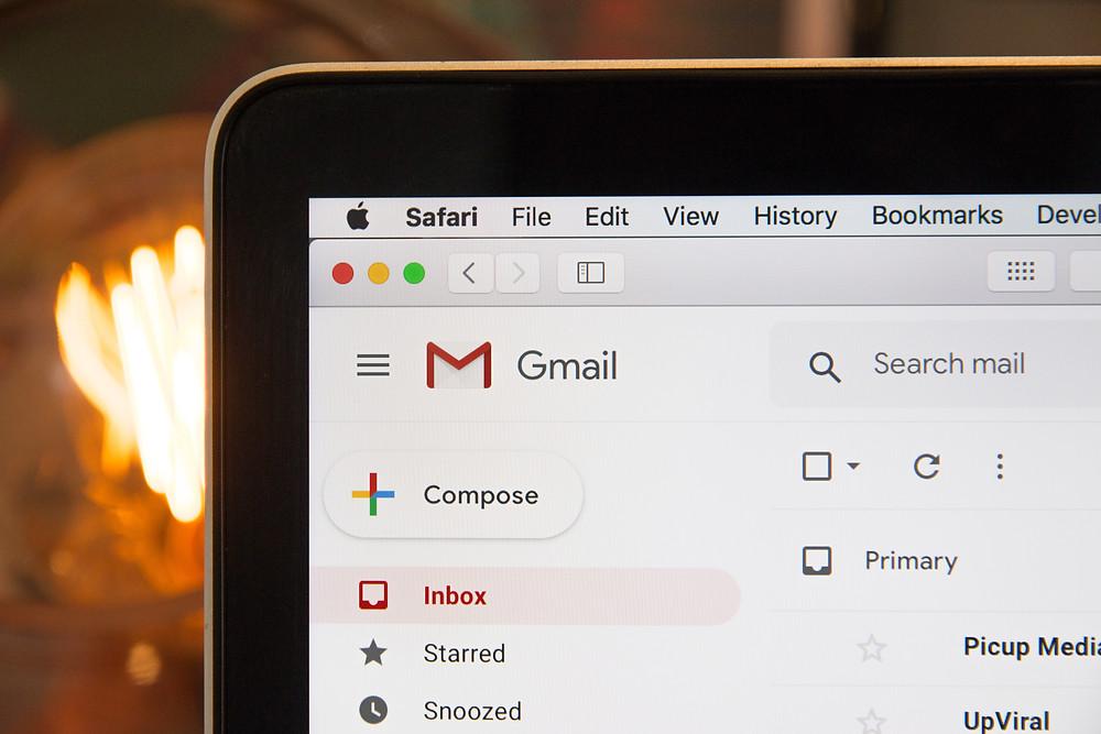 Tela de notebook mostrando um programa de email