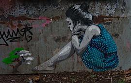 Girl with Bonsai, Künstler*in: unbekannt; Schillerpromenade, Neukölln
