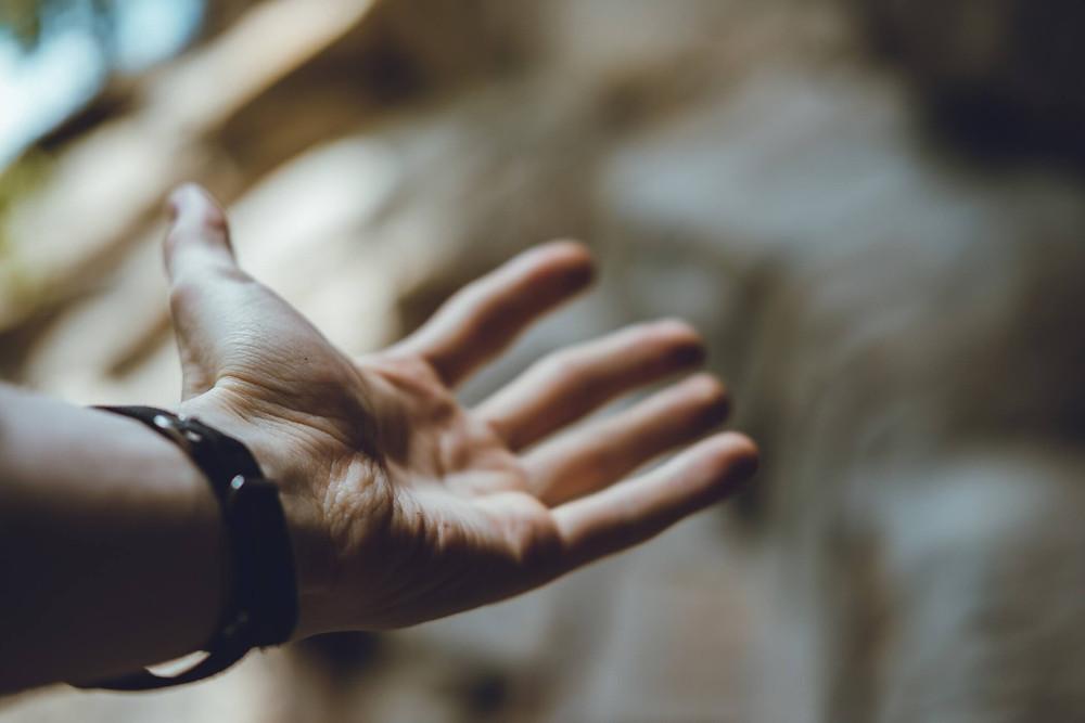 Ausgestreckte Hand, die Unterstützung und Hilfe für Unternehmen anbietet, um neue Chancen zu erkennen und zu nutzen