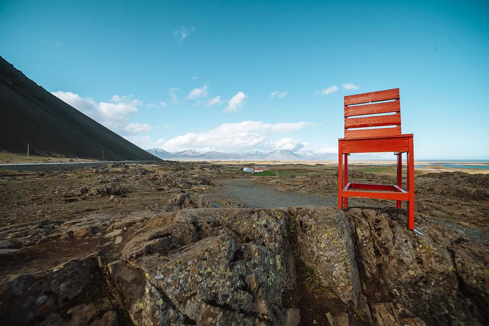 Eiesiger roter Stuhl in Island