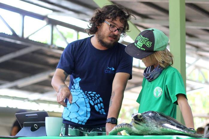 Daniel Arauz explains sea turtle biology to a local primary school student.