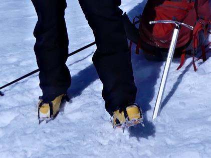 Stegjern og isøks er kjekt å ha på skareføre i bratta.