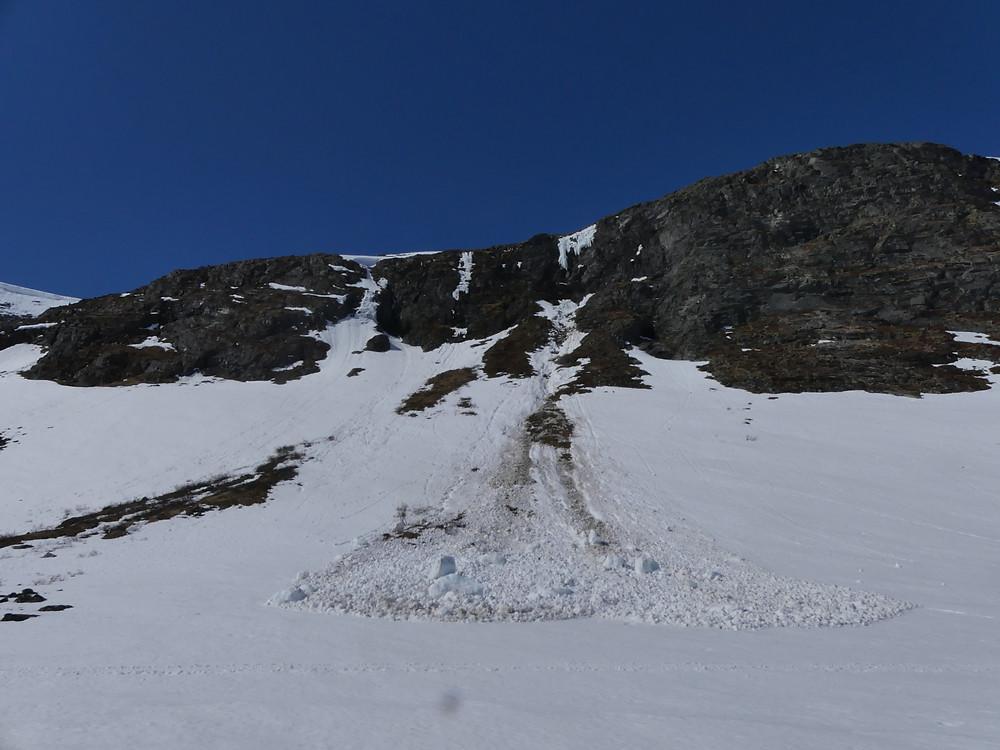 Skred i Ringsdalen som har starta med at store isblokker har losna frå isveggen som heng frå ryggen. Dette har vidare utløyst eit ikkje veldig stort snøskred - men isblokkene her er nok mange hundre kilo tunge, så ein vil ikkje hamna under dei.