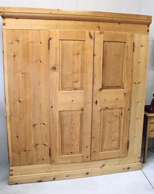 Armadio in legno di cirmolo
