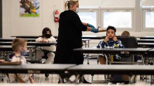 Estados Unidos redujo a 91 centímetros la distancia social mínima, en las escuelas