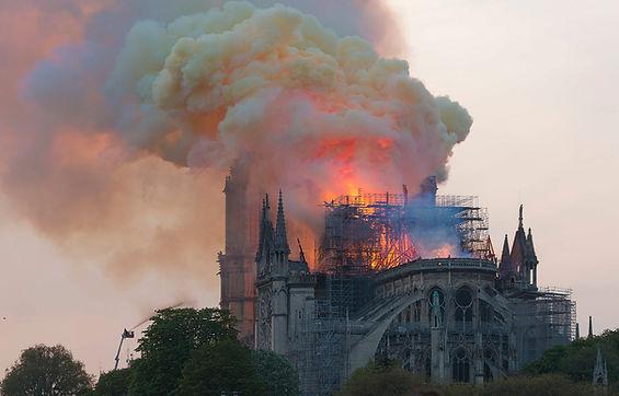 1920px-Notre-Dame_en_feu,_20h06.jpg