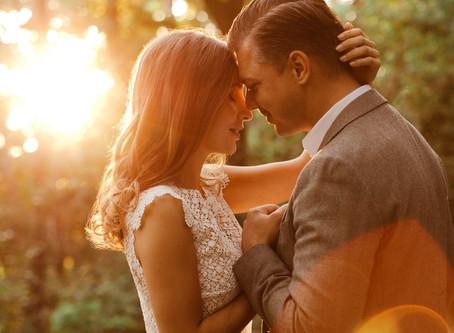 Lebendige Brautpaarfotos bei Sonnenuntergang