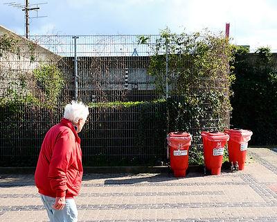 Mülltonne und Mann