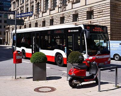 Mülltone und Bus und Roller