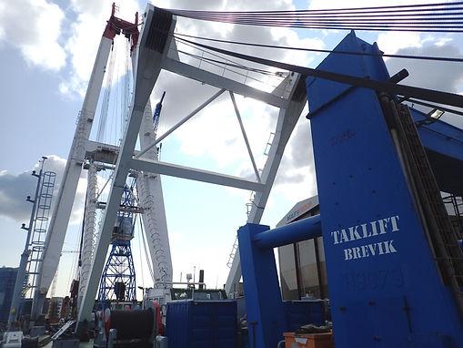 Barge loadout floating crane