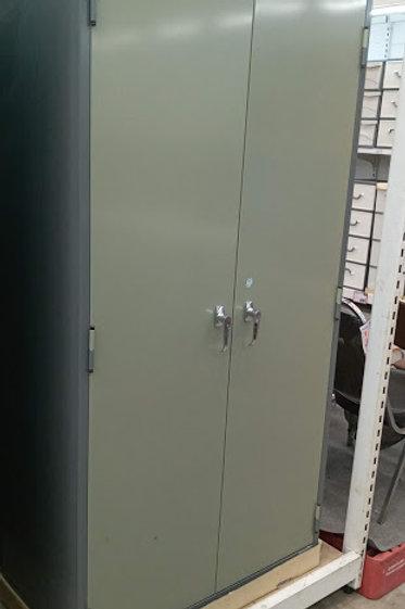 Abschliessbarer Metallschrank für Schulprojekt