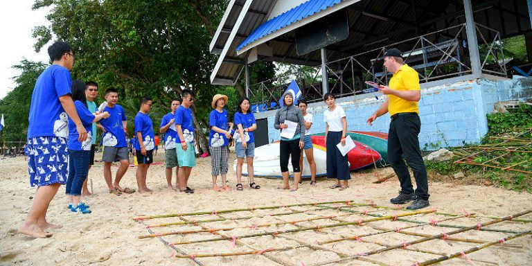 Minefield is a non-verbal communication activity ideal for walk rallies in Thailand. Teams must cross the maze from one side to the other without stepping on the mine.