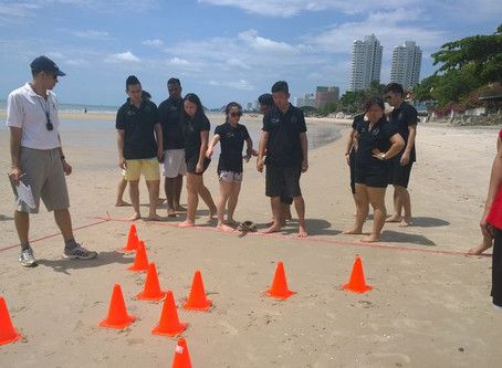 Team Building and raft challenge on the beach in Hua Hin / Thailand with Uniqbe
