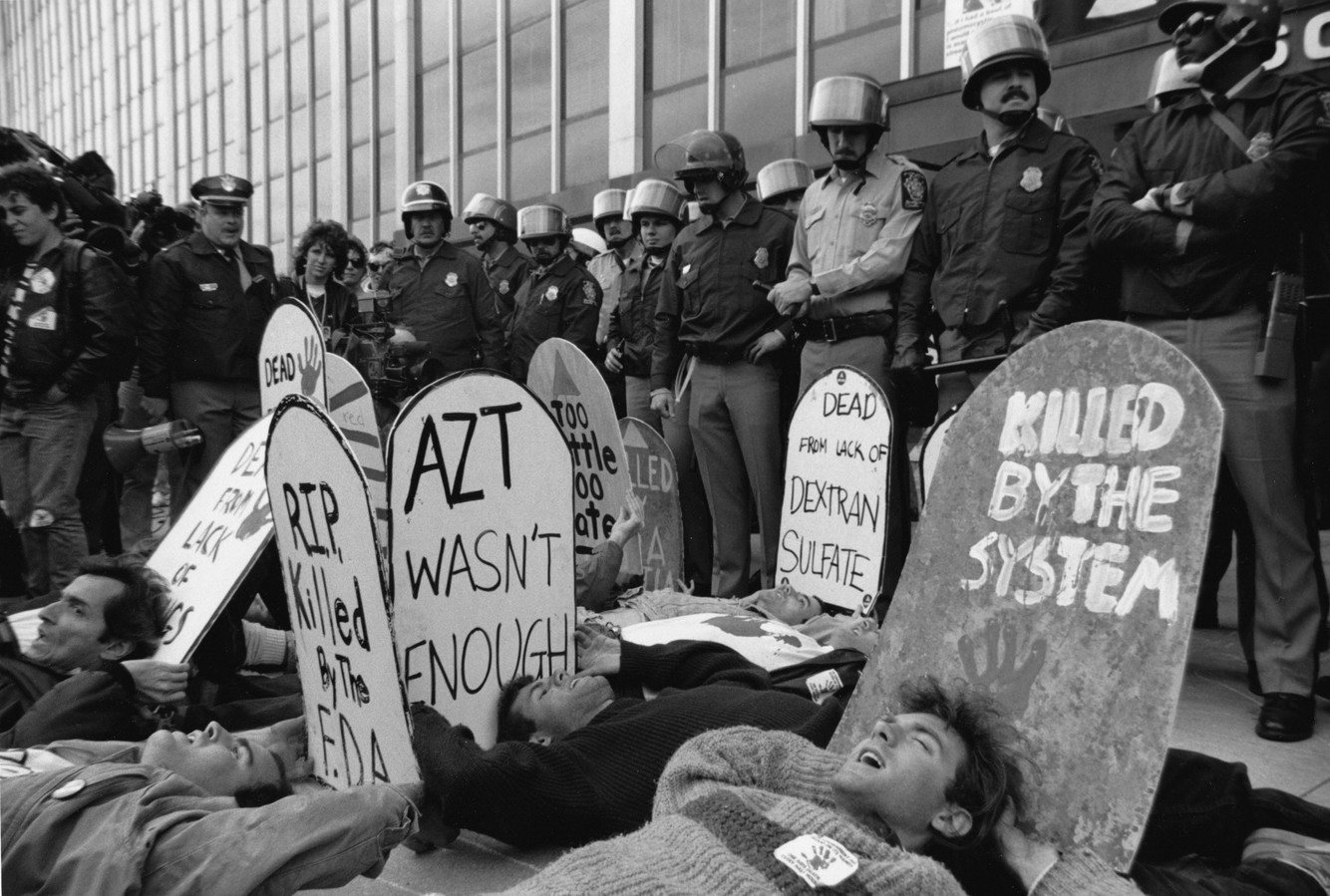 BLOCKADING THE ENTRANCE TO THE FOOD A DRUG ADMINISTRATION (FDA), ROCKVILLE, MD, 1988