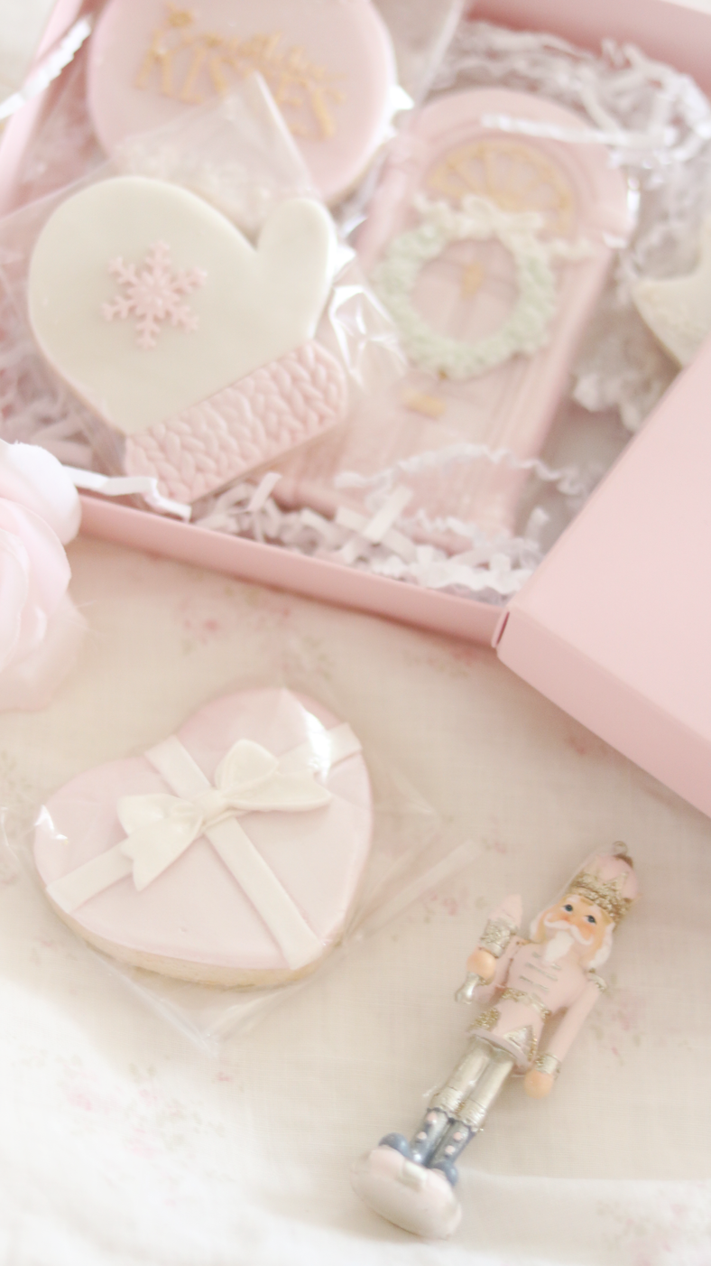THE PRETTIEST PINK CHRISTMAS COOKIES FOR THE HOLIDAY SEASON..