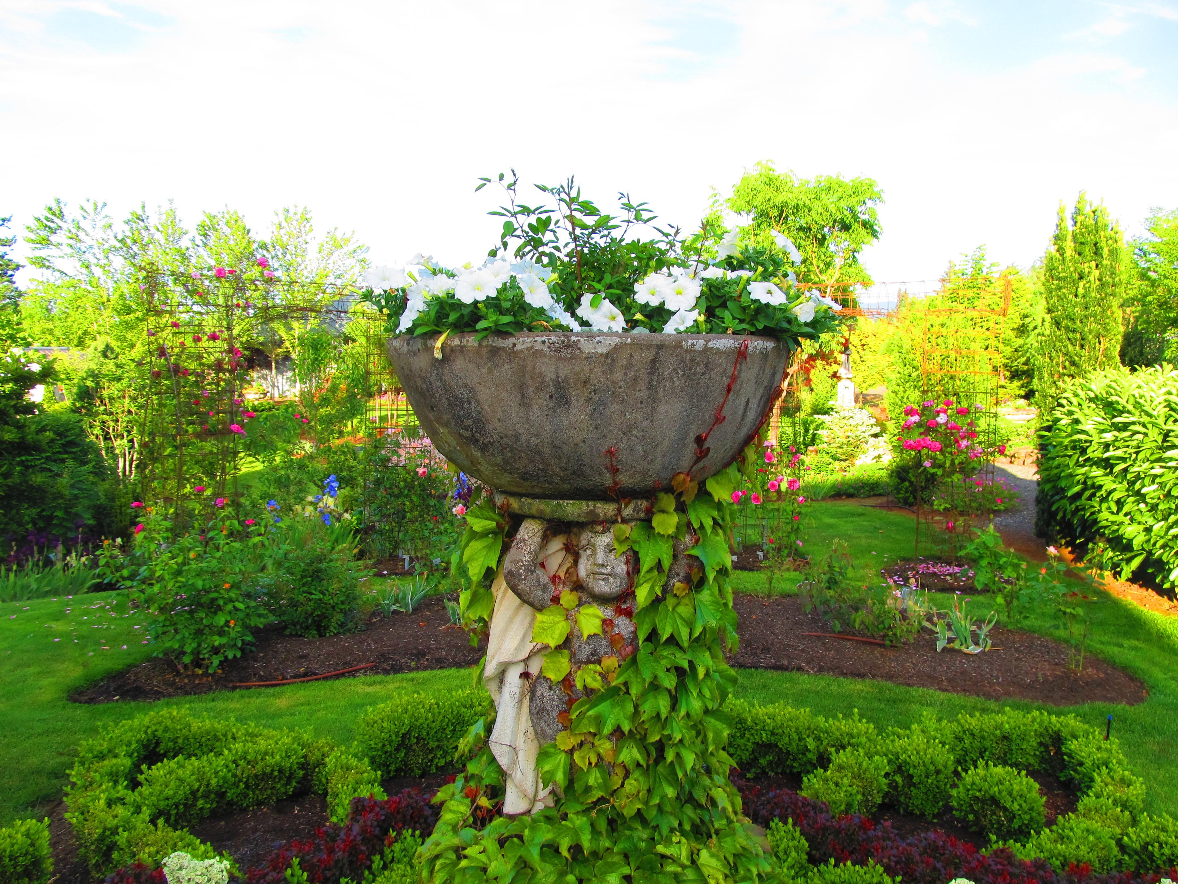Knot garden urn