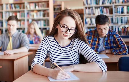 estudiante realizando curso intensivo para aprobar el pet b1 o el fce b2 para acceder a la universidad.