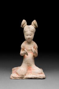 Hautaveistos, istuva naispuolinen soittaja / Gravfigurin, kvinnlig sittande musikant / Tomb figurine, woman musician seated