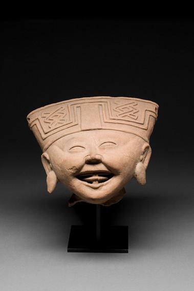 """Iso hymyileväkasvoisen veistoksen pää / Huvud av stor """"leende ansikte"""" -figur / Head of a large Smiling-face figure"""