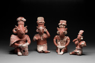 Istuvia hahmoja / Sittande figurer / Seated figures