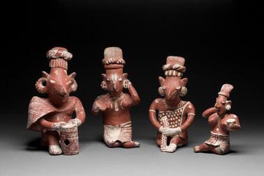 Istuvia hahmoja / Sittande figurer / Seated figures