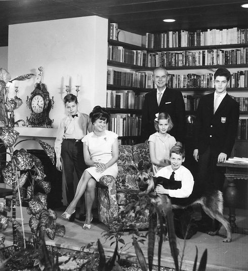 Didrichsenin perhe Villa Didrichsenin kirjastossa 1960-luvulla.