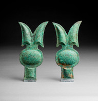 Kaksi hevosen suitsien otsahelaa / Ett par pannbeslag för hästar / A pair of bridle ornaments for horses