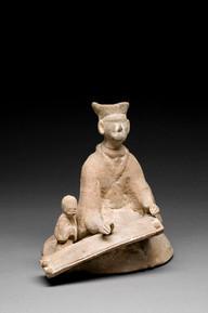 Hautaveistos, polvistuva nainen / Gravfigurin, knäböjande kvinna / Tomb figurine, a woman on her knees