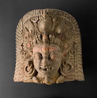 Veistos, suuri naamion tapaan veistetty pää / Skulptur, stort huvud utfört som en mask / Sculpture, large head made as a mask
