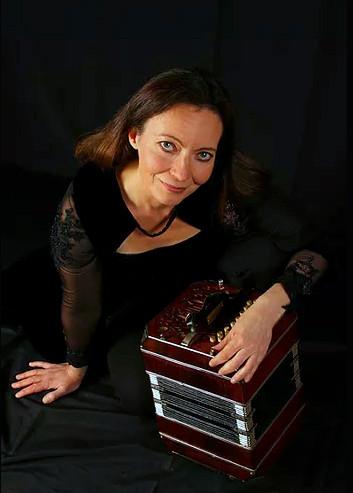 Kristina_Kuussito_Portrait_bandoneon.jpg