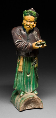 Kattokoriste, seisova sotilasmandariini / Takornament, en stående militärmandarin / Roof ornament, military mandarin