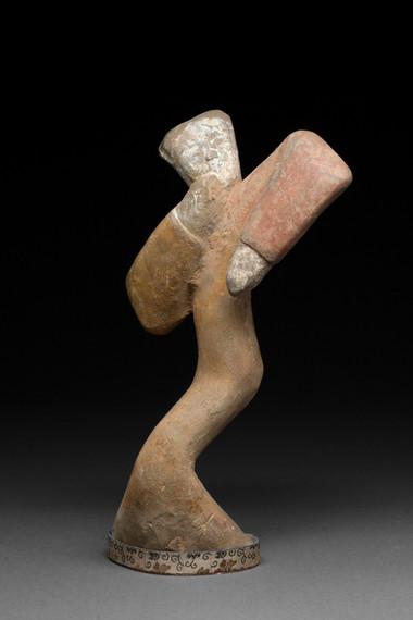 Hautaveistos, niiaava tanssija / Gravfigurin, dansös som gör en nigande rörelse / Tomb figurine, dancer making a curtseying gesture