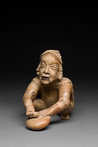 Gongia tai rumpua lyövä mies / Man som slår på en gonggong eller trumma / Man tapping a gong or drum