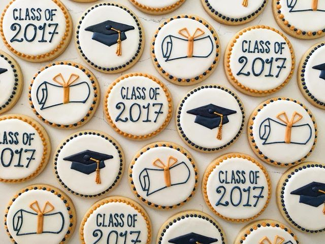 Congrats to the graduates 🎓 🎓🎓 #trophybaking #customcookies #classof2017  #pdxcookies #portland