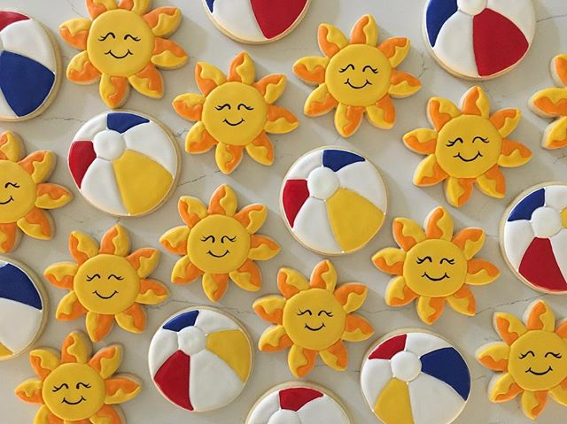 School's out for summer!! If we only had some sun in Portland! _#trophybaking #customcookies #custom