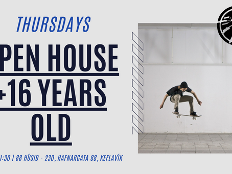 Every Thursday from 19:30h to 21:30h the house is open to groups over 16 years old.