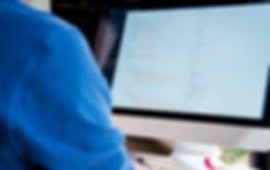 Uma pessoa no computador