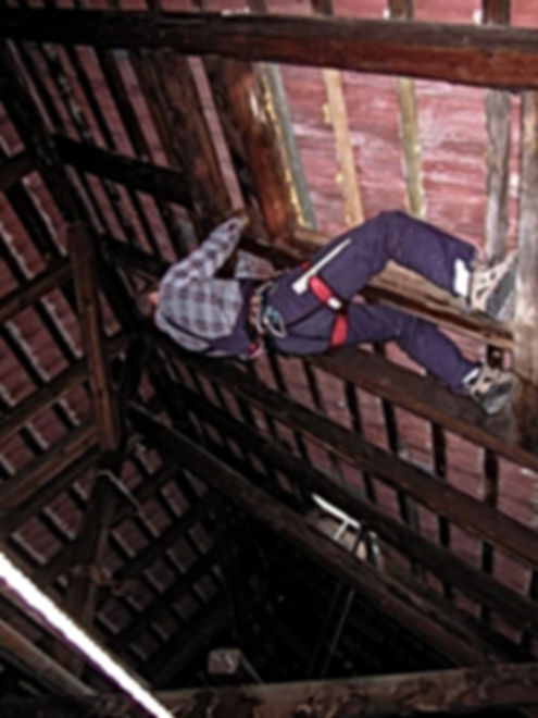 DiBaB - Bergsteiger bei Suche nach Einregenstelle im Dachboden