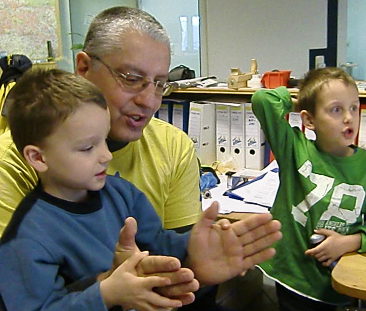 André Hüller bei Rhythmus-Übungen mit Söhnen Chris und Andy