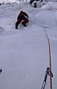 Andre Hueller klettert Eisfall in der Schweiz