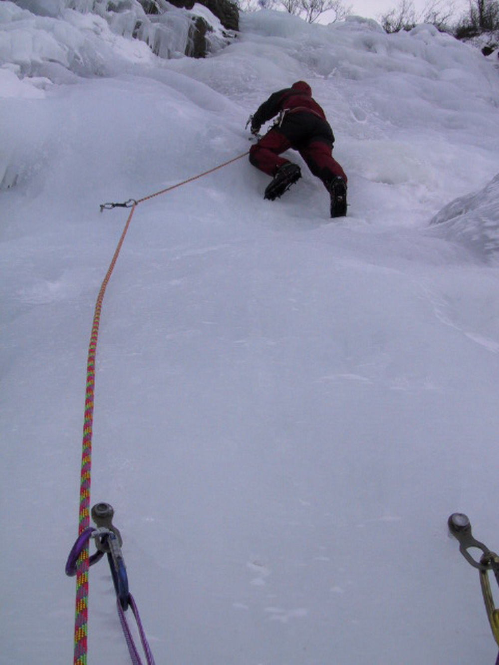 André Hüller klettert Eisfall