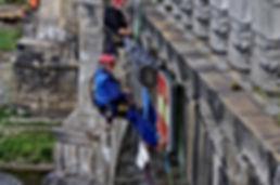 Andre Hueller bei Brückenarbeiten der DiBaB GmbH die Bergsteiger am Bau